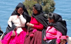 Group of Taquile women chatting
